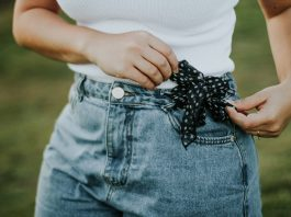 woman wearing mom jeans with polkadot bow on the waist